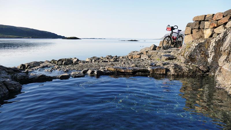 Islande à vélo, bain naturel chaud dans les fjords de l'Ouest