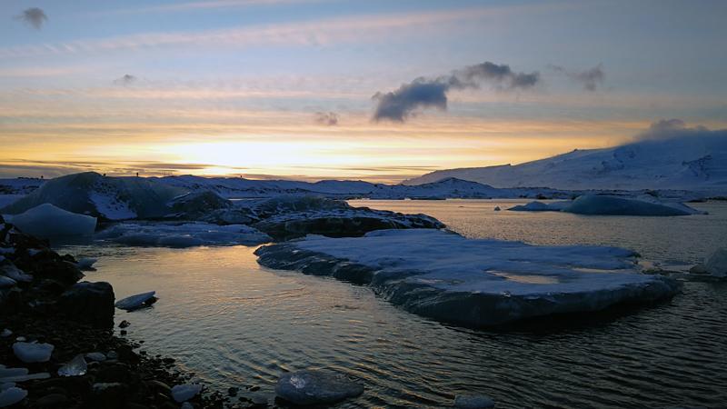 Circuit guidé Islande en hiver, lac aux icebergs de Jokulsarlon à la tombée de la nuit