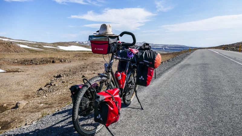 En Islande à vélo dans un fjord de l'ouest, passage par un col