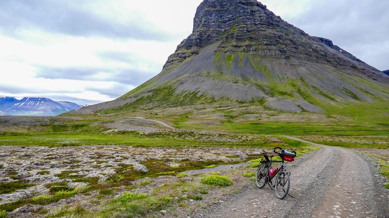 En Islande à vélo à proximité de Pingeyri, dans les Westfjords